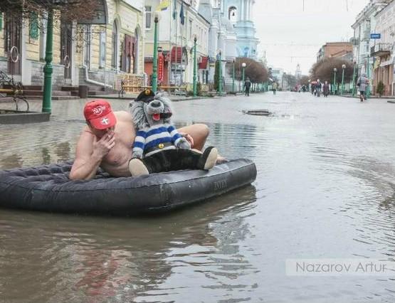 Украинец «устроил заплыв» по лужам на дороге 3