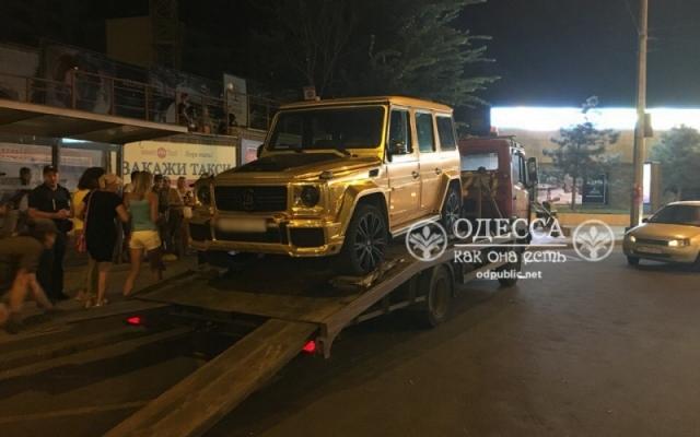 «Понты закончились»: эвакуатор увез на штрафстоянку «золотой» Гелендваген 3