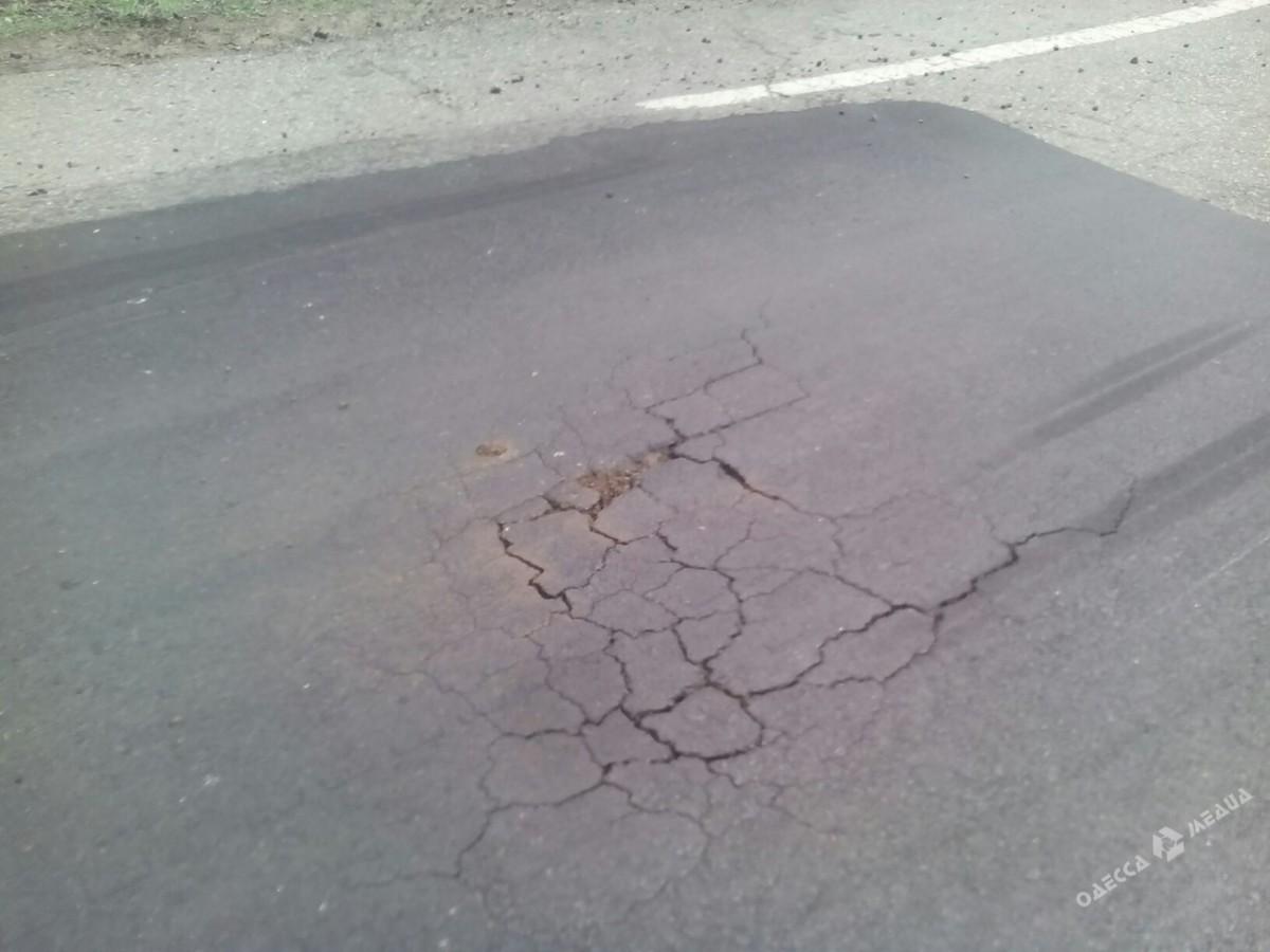 Ремонт дорог по-украински: свежий асфальт «продержался» три дня 1