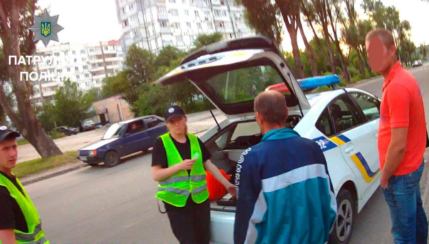 Полиция оштрафовала пешехода за то, что тот угодил под колеса авто 1
