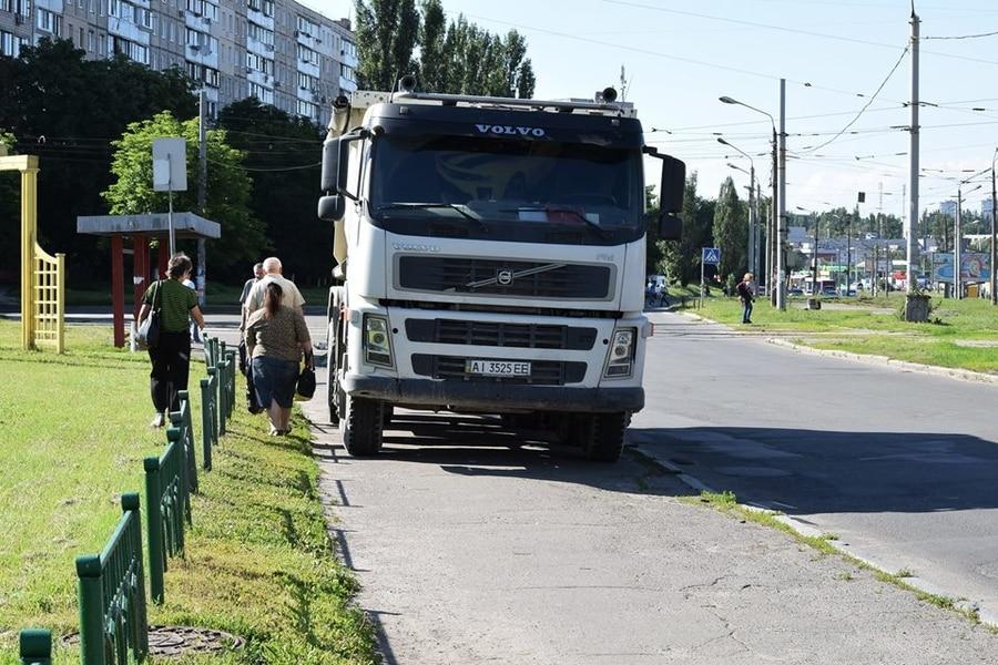 В Киеве героем парковки стал водитель фуры 1