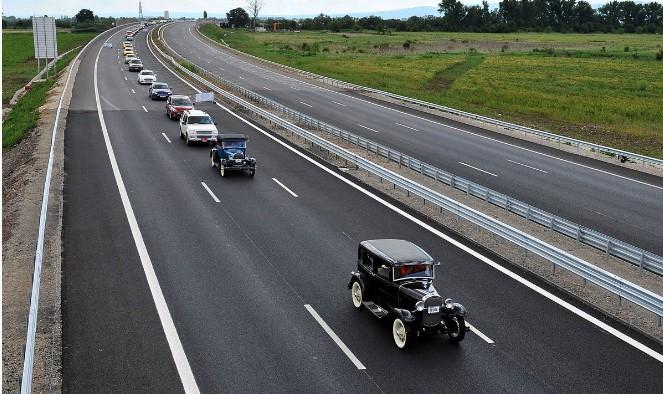Автомобили Ford выстроились в рекордную по длине колонну 1