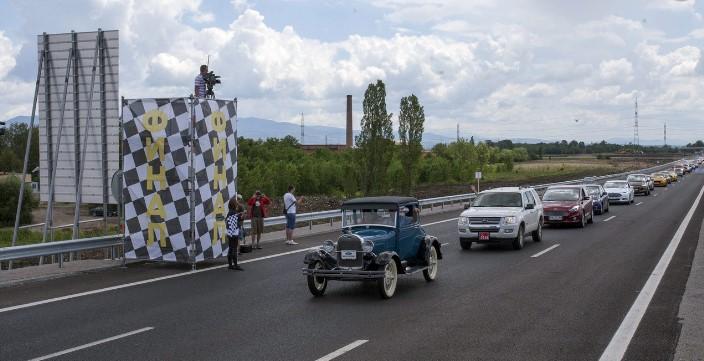 Автомобили Ford выстроились в рекордную по длине колонну 2