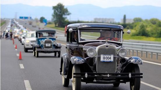 Автомобили Ford выстроились в рекордную по длине колонну 3