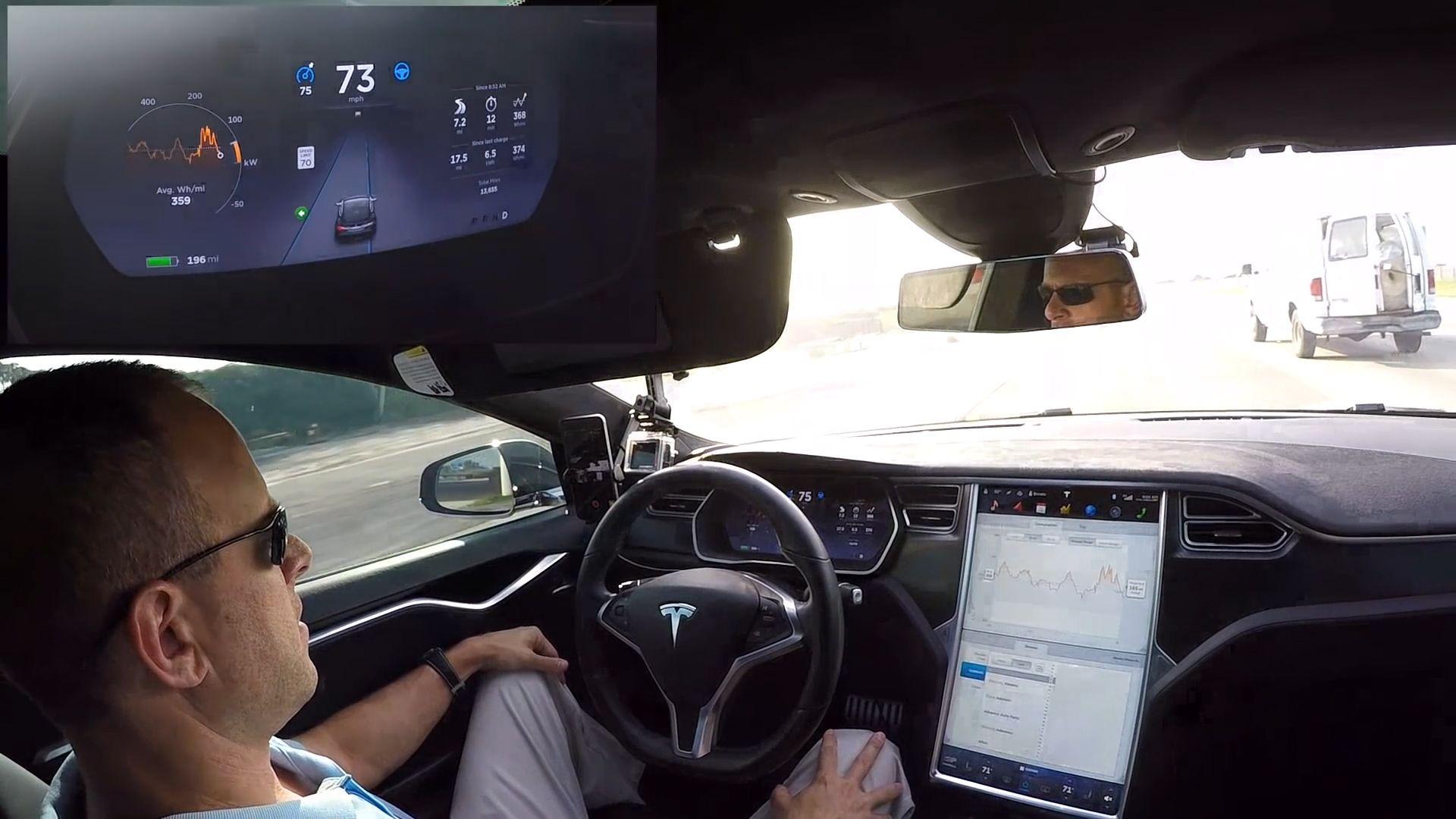 Самоуправляемая Тесла со спящим водителям попала в ДТП 1