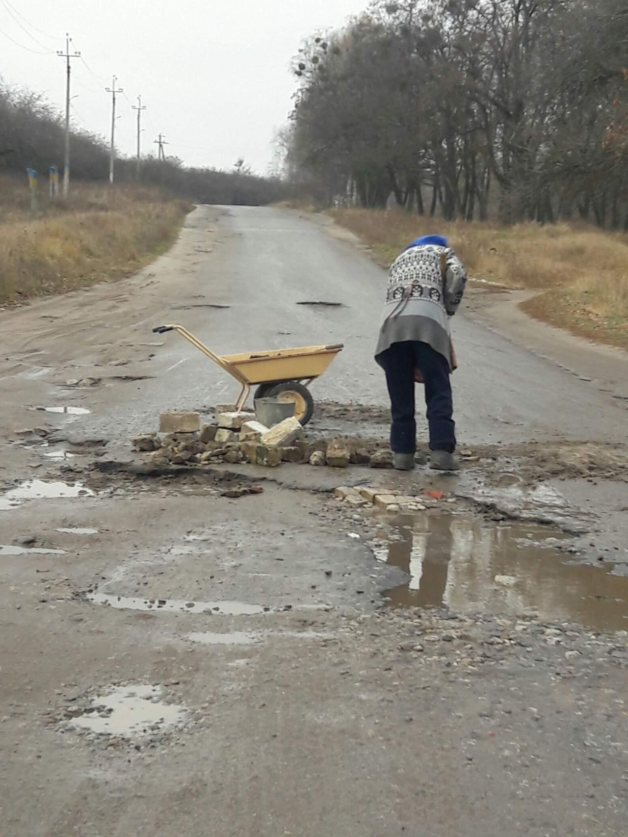 «Дожились»: женщина самостоятельно ремонтирует дорогу 2