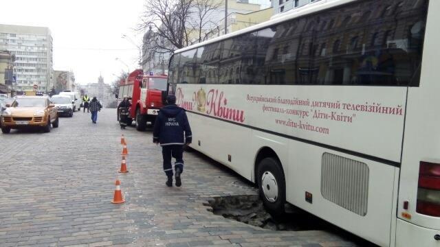 В столице провалился под землю автобус с детьми 1