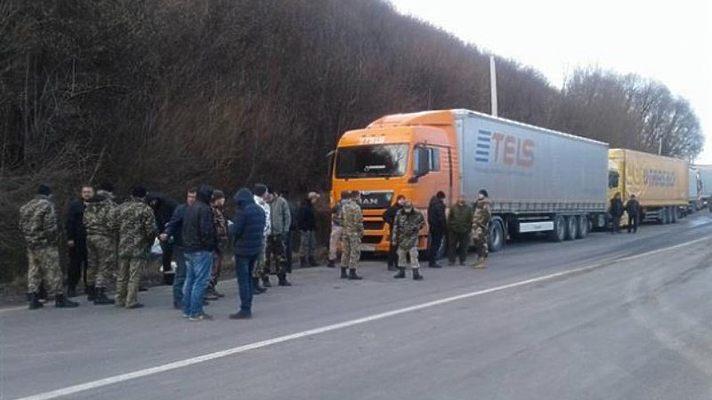 Украинские активисты блокируют проезд «фур из РФ» 1
