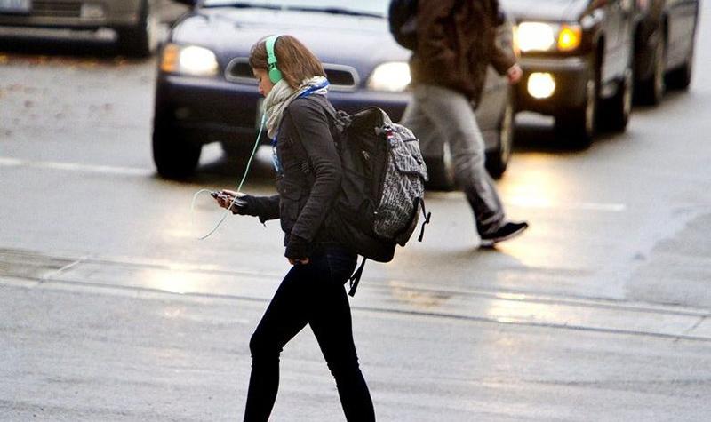 Украинским пешеходам запретят говорить по мобильному «на зебре» 1