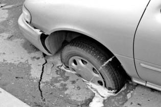 Одесский автоладелец судится с властями города из-за разбитого в яме авто 1