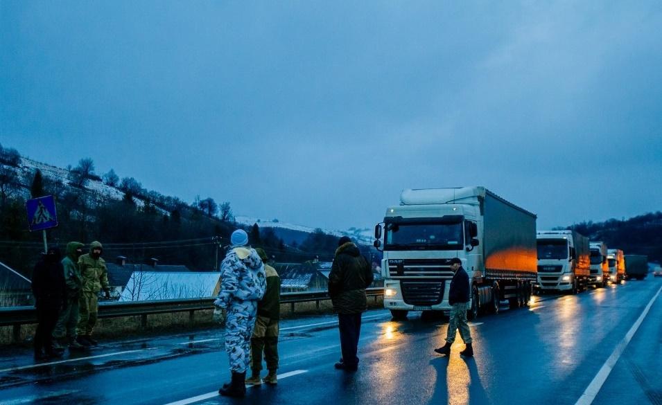 «Активисты» перекрыли «фурам из РФ» дорогу в Украину 1