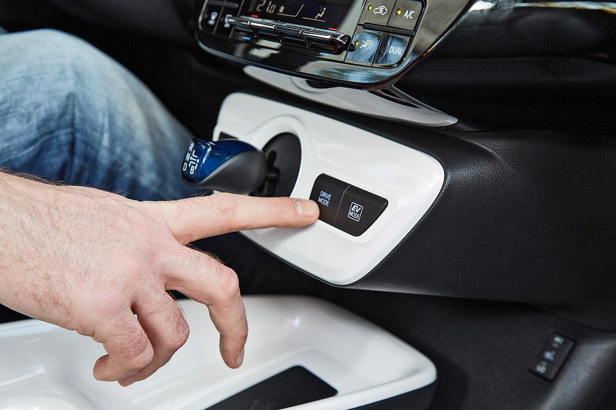 «Она способна поразить каждого»: тест-драйв новой Toyota Prius 4