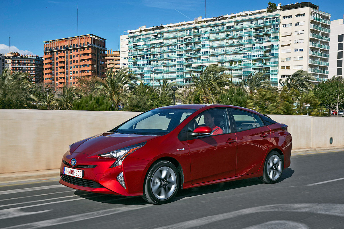 «Она способна поразить каждого»: тест-драйв новой Toyota Prius 8