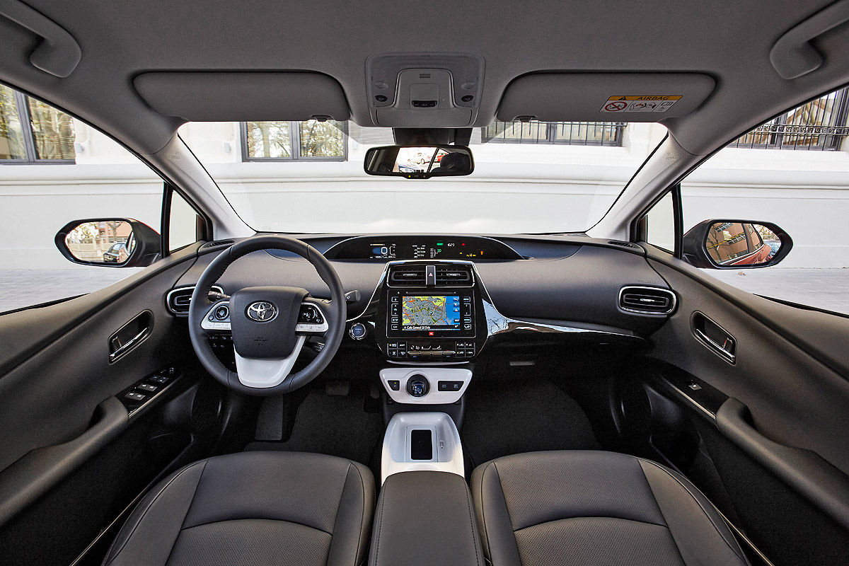 «Она способна поразить каждого»: тест-драйв новой Toyota Prius 7