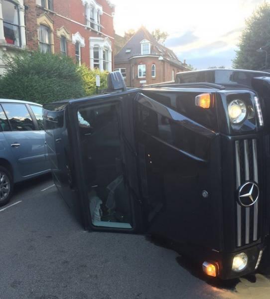 Английский водитель, спасая кота, разбил свой Mercedes 1