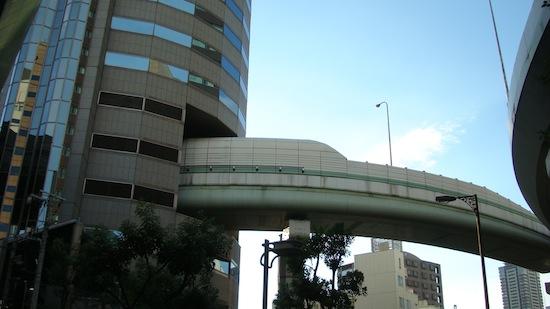Невероятно, но факт: в Японии автотрасса проходит сквозь высотное здание 1