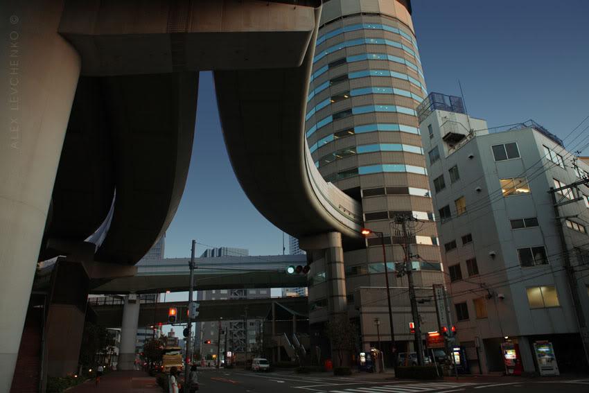 Невероятно, но факт: в Японии автотрасса проходит сквозь высотное здание 2