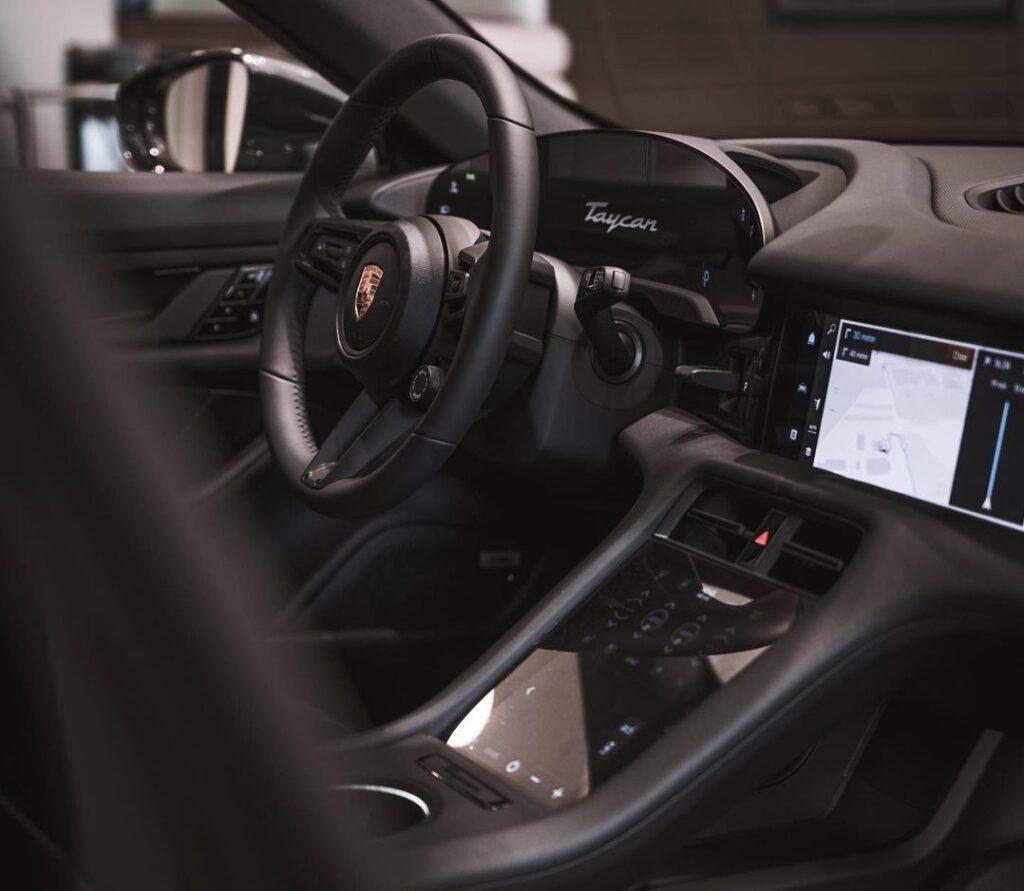 В Украину прибыл первый электрический кроссовер Porsche 3