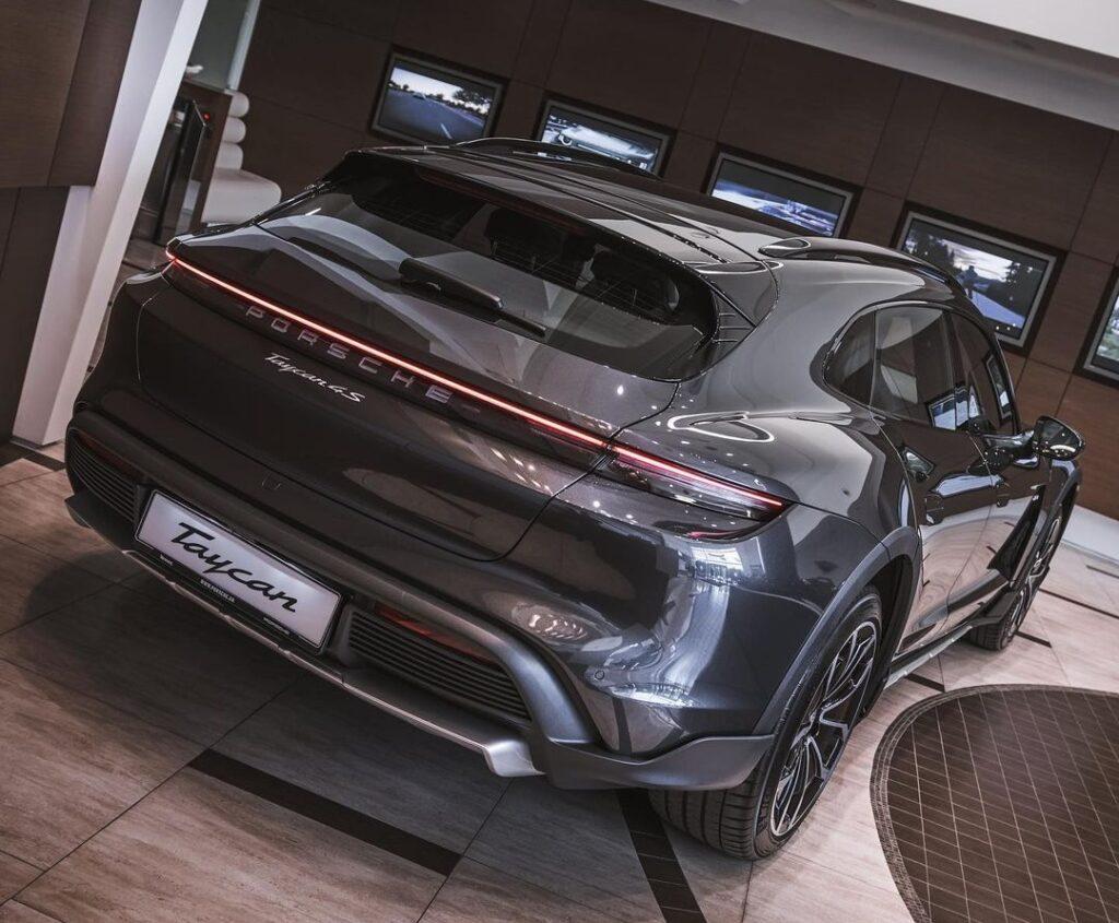 В Украину прибыл первый электрический кроссовер Porsche 2