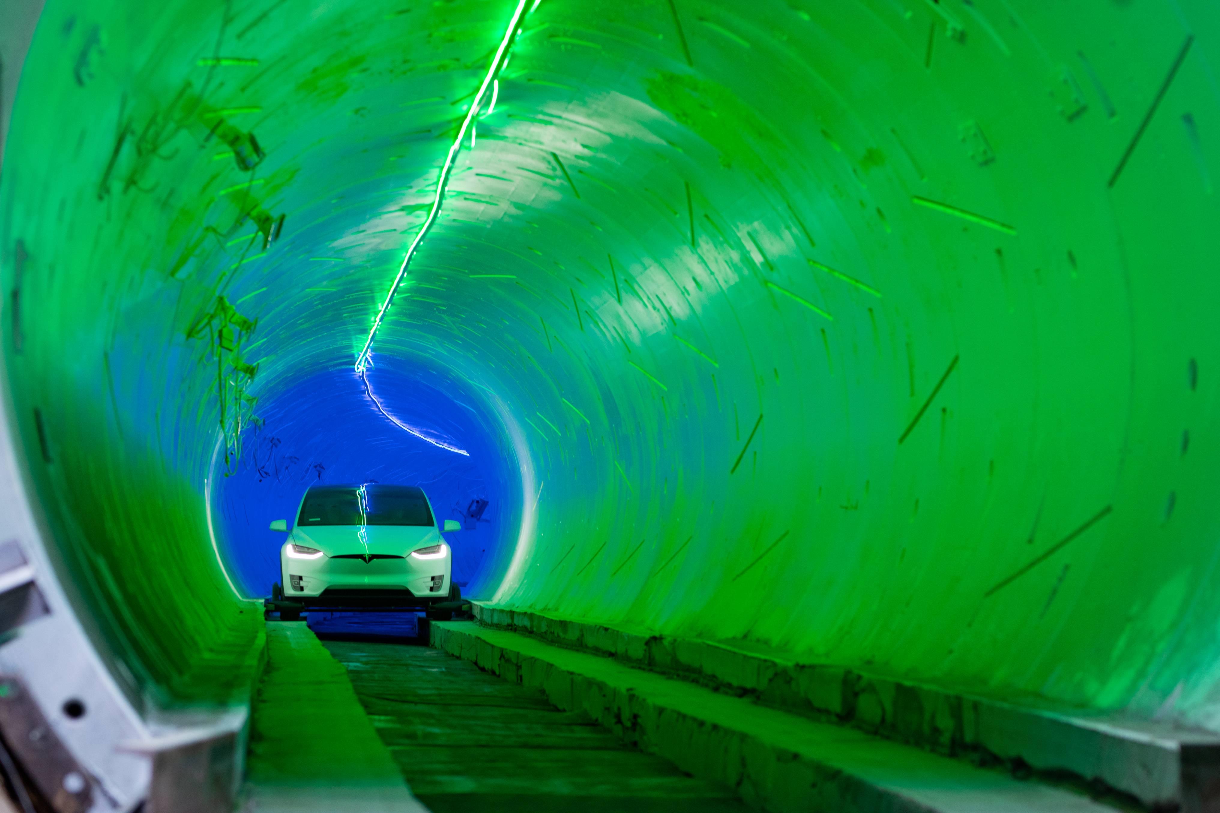 Илон Маск открыл подземную трассу для электрокаров, но ей остались недовольны 1