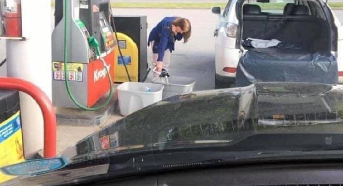 Дефицит топлива заставил американцев разливать бензин по полиэтиленовым пакетам 1