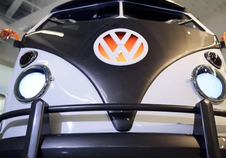 Винтажный минивэн Volkswagen оснастили голограммой и системой распознавания лиц