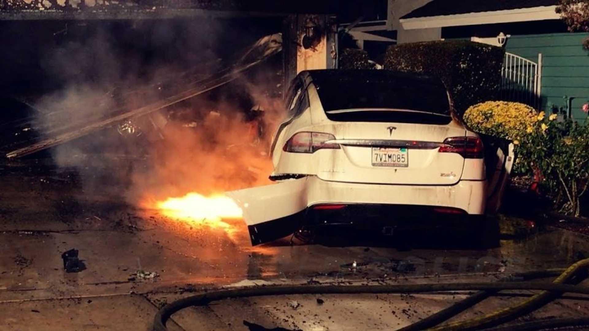 Tesla обновит софт некоторых моделей из-за пожаров