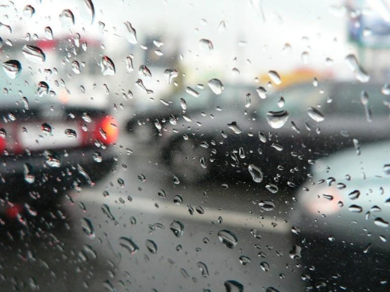 Что может отсыреть в машине осенью: слабые места и советы водителям