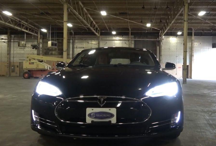 Бронированная Tesla Model S против пистолета: итог битвы