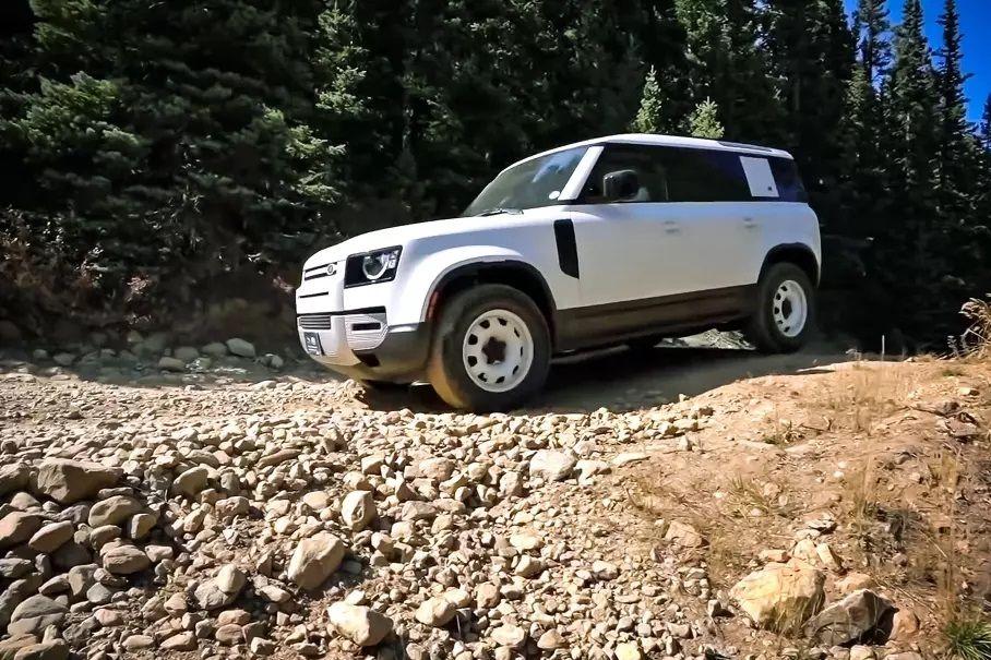 Новый Land Rover Defender сломался на второй день эксплуатации (видео)