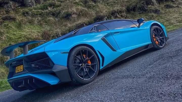 Нетипичное ДТП: Ford Fiesta протаранил Lamborghini Aventador и скрылся с места аварии (видео)