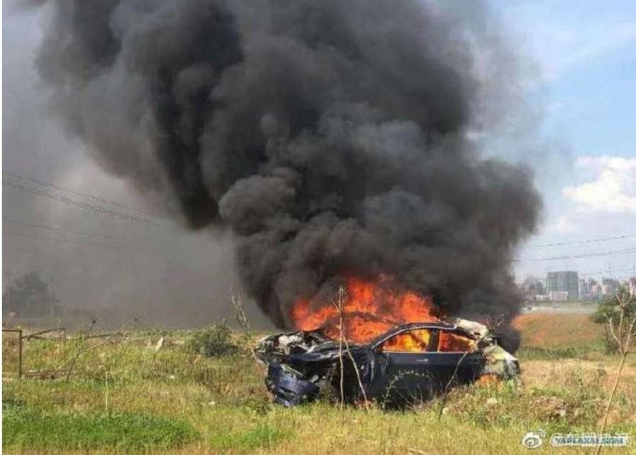 Tesla самовольно разогналась и взорвалась с водителем внутри
