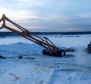 Пытаясь спасти бензовоз и автокран, трактор ушел под лед