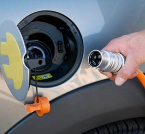 Почти половина водителей считают, что электромобили заправляют бензином