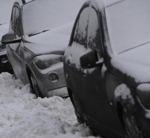 Обвалившаяся крыша стоянки раздавила десятки автомобилей