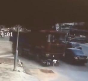 Женщина на скутере попала под грузовик и не пострадала