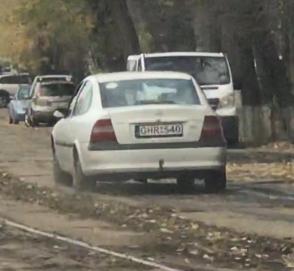 В Киеве евробляхер решил объехать пробку по трамвайным путям и поплатился за это