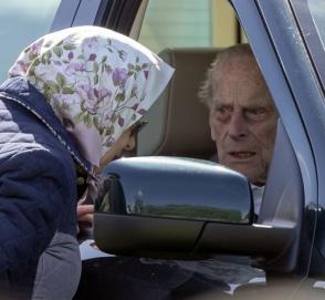 Муж королевы Великобритании перевернулся на машине