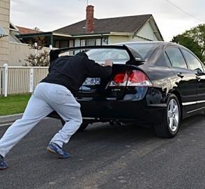 Видео о том, как не нужно толкать автомобиль