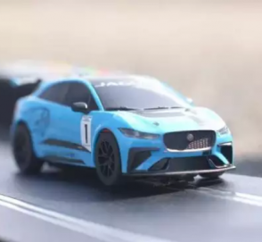 Jaguar I-Pace сразился в дрэге со своей игрушечной копией