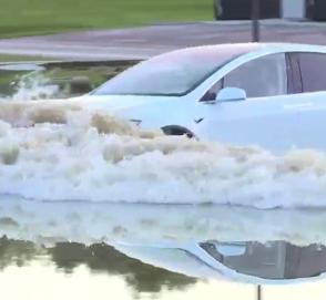 Кроссовер Tesla справился с наводнением