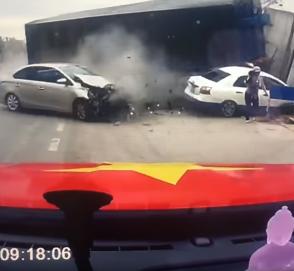 Женщина с ребенком чудом спаслась от грузовика
