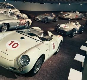 Mercedes-Benz открыл бесплатный вход в фирменный музей для сотрудников Porsche