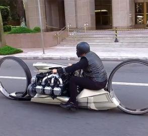 «Сумасбродный» мотоцикл с авиационным мотором и орбитальными колесами