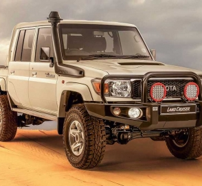 Старый Toyota Land Cruiser приспособили для езды по пустыне