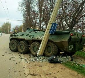 В Беларуси водитель танка протаранил столб