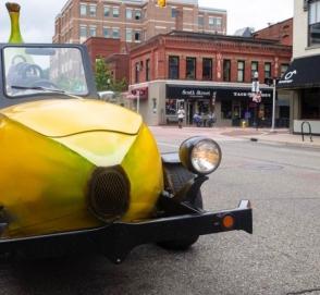 Полицейский остановил бананомобиль и дал денег водителю