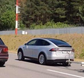 Tesla Model X с прицепом сразился в дрэге с Bentley Bentayga