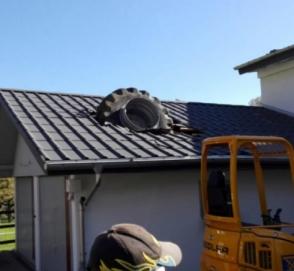 Огромное колесо от трактора проломило крышу жилого дома