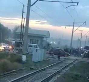 Ужасное столкновение автобуса с поездом попало на видео